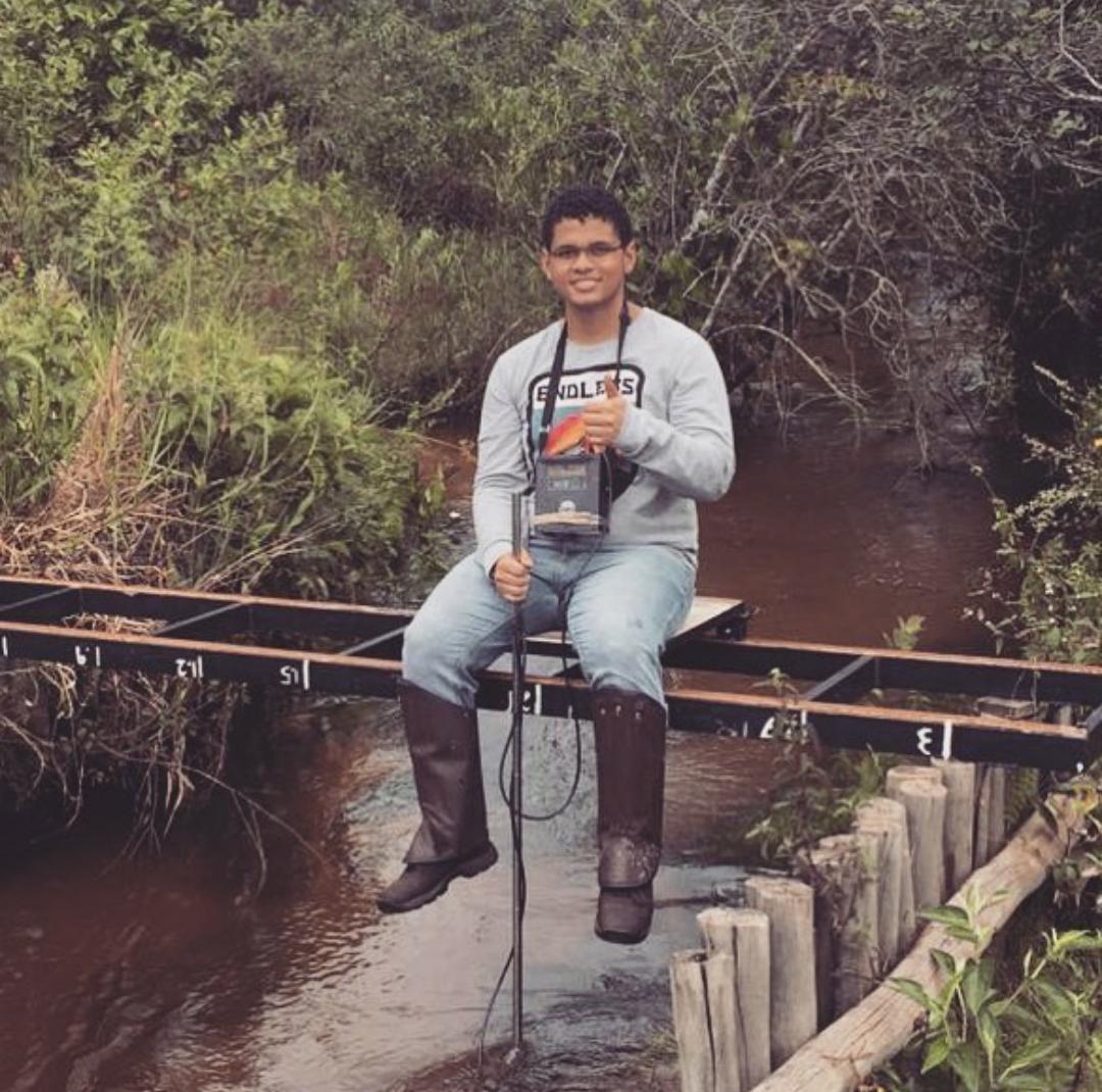 Eng. Yuri Batista Ishizawa, realizado medição de vazão em um corpo hídrico.