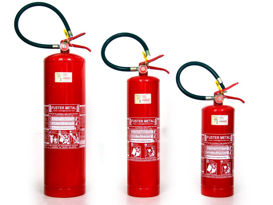 Extintores portáteis de diferentes tamanhos.